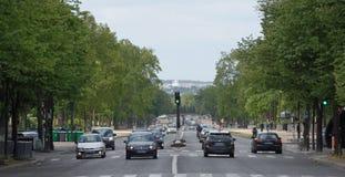 Ansicht der Allee Foch Auf Allee ziehen die Fußgänger und die Autos um Stockfotos