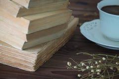 Ansicht der alten Bücher zusammen mit einer Schale coffe Lizenzfreies Stockfoto