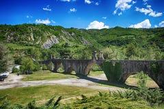 Ansicht der alten Bobbio-Brücke, Piacenza-Brücke oben auf dem Trebbia-Fluss, Italien Lizenzfreies Stockfoto