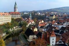 Ansicht der alten europäischen Stadt an einem sonnigen Tag stockbild