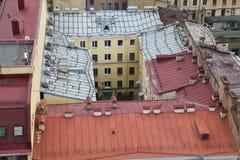 Ansicht der alten europäischen Stadt von der Höhe des Fluges des Vogels St Petersburg, Russland, Nordeuropa Stockfotografie