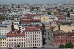 Ansicht der alten europäischen Stadt von der Höhe des Fluges des Vogels St Petersburg, Russland, Nordeuropa Lizenzfreie Stockfotografie
