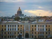 Ansicht der alten europäischen Stadt von der Höhe des Fluges des Vogels St Petersburg, Russland, Nordeuropa Lizenzfreies Stockbild