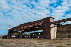 Ansicht der alten Flugzeughangars in Russland, Baltysk Lizenzfreies Stockfoto