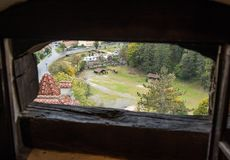 Ansicht der alten Kleiestadt durch das Schlachthaus im Wachturm des Kleie-Schlosses Kleiestadt in Rumänien Lizenzfreies Stockbild