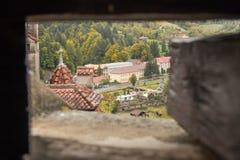 Ansicht der alten Kleiestadt durch das Schlachthaus im Wachturm des Kleie-Schlosses Kleiestadt in Rumänien Lizenzfreie Stockfotografie