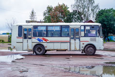 Ansicht der alten russischen Busmarke PAZ, stehend im Dorf Stockfotos