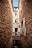 Ansicht der alten schmalen Straße an der Mittelmeerstadt stockbilder