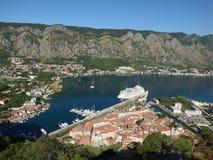 Ansicht der alten Stadt, der Bucht und des Docks Kotor mit Schiffen von einer Spitze, Montenegro stockfotografie