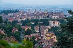 Ansicht an der alten Stadt von Bergamo von San Vigilio Hill Italien Stockbilder