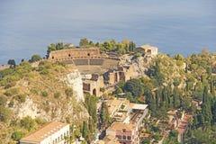 Ansicht der alten Stadt von Taormina, des Meeres und des griechischen Theaters Die Insel von Sizilien, Italien lizenzfreie stockfotos
