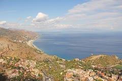 Ansicht der alten Stadt von Taormina und von Meer Die Insel von Sici stockfoto