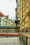 Ansicht der alten Stadtstraße mit beweglicher Straßenbahn in der Mitte von Prag, tschechisch Lizenzfreie Stockfotos