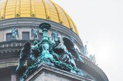 Ansicht der alten Statuen des Stucks und der Haube von ` s St. Isaac Kathedrale Petersburg Stockfotos