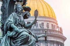 Ansicht der alten Statuen des Stucks und der Haube von ` s St. Isaac Kathedrale Petersburg Stockbild