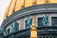 Ansicht der alten Statuen des Stucks und der Haube von ` s St. Isaac Kathedrale Petersburg Stockfotografie