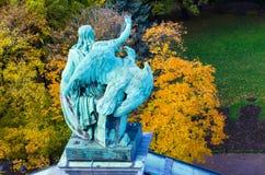 Ansicht der alten Statuen Mann und Adler des Stucks und die Haube von ` s St. Isaac Kathedrale Petersburg Lizenzfreies Stockbild