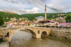 Ansicht an der alten Steinbrücke in Prizren Lizenzfreies Stockfoto