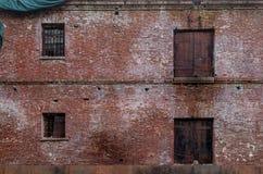 Ansicht der alten verlassenen Gefängniswand mit zwei Geschossen Stockbild
