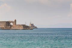 Ansicht an der alten Verstärkung im alten Hafen Seevon der promenade Akti Sachtouri mit Rittersporen, Skulptur von Delphinen Rhod lizenzfreie stockfotografie