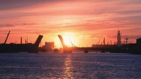 Ansicht der angehobenen Brücke über dem Neva bei Sonnenuntergang stock video footage