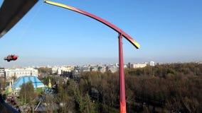 Ansicht der Anziehungskraft das Rocket am Vergnügungspark Divo Ostrov in St Petersburg Russland stock footage