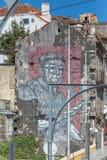 Ansicht der Arbeitskunst, Straßenmalerei auf Außenwand des Gebäudes, mit der Illustration des älteren Mannes, sehr ausdrucksvoll stockbilder