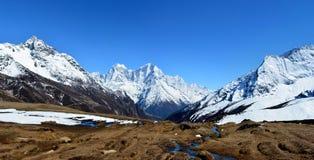 Ansicht der ausgezeichneten Himalajaberge auf dem Hintergrund von Stockfoto