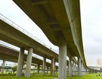 Ansicht der Austauschzugüberführung und des grünen Feldes in Singapur Stockfotografie