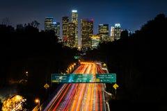 Ansicht der Autobahn 110 und im Stadtzentrum gelegenen der Los Angeles-Skyline an nah Lizenzfreie Stockfotos