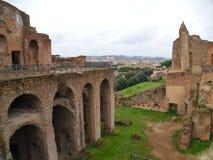Ansicht der Bäder von Septimius Severianus im regnerischen Wetter Schöne alte Fenster in Rom (Italien) Stockfoto