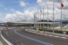 Ansicht der Bahn der Formel 1 und Adler-Arena in olympischem Sochi passen zusammen Stockfoto