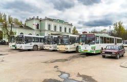 Ansicht der Bahnstation mit Bussen auf den quadratischen Wartepassagieren in Pskov, Russland Stockbilder