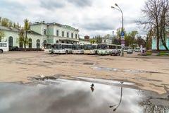 Ansicht der Bahnstation mit Bussen auf den quadratischen Wartepassagieren in Pskov, Russland Stockfotos
