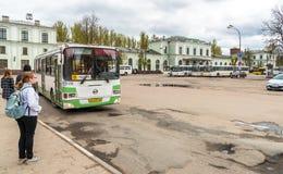 Ansicht der Bahnstation mit Bussen auf den quadratischen Wartepassagieren in Pskov, Russland Stockbild