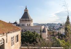 Ansicht der Basilika der Ankündigung vom Dach von internationalem Marian Centre in Nazaret-Stadt in Israel stockbilder