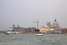 Ansicht der Basilika Santa Maria della Salute und des Kreuzfahrtschiffs in einem Wasser der venetianischen Lagune Lizenzfreie Stockfotos