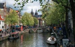 Ansicht der Basilika von Sankt Nikolaus Kanal von Amsterdam Lizenzfreies Stockbild