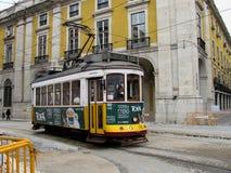 Ansicht der berühmten gelben Straßenbahn in Lissabon Portugal Stockbild