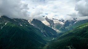 Ansicht der Berge in Dombay, Nord-Kaukasus Russland lizenzfreie stockbilder
