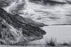 Ansicht der Berge durch die adriatische Seeküste und Omis und Makarska Riviera in Kroatien Stockfotos
