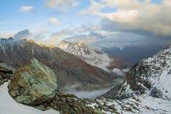 Ansicht der Berge und der Felsen unten Stockbilder