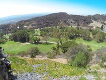 Ansicht der Berge und des Golfplatzes vom schiffbrüchigen Restaurant lizenzfreies stockbild