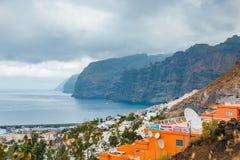 Ansicht der bewölkten Klippen von Los Gigantes in Teneriffa, Kanarische Insel Lizenzfreie Stockfotos