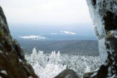 Ansicht der bewaldeten Hügel des Winters von der Spitze des Berges zwischen zwei Natursteinflusssteinen Lizenzfreies Stockbild