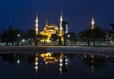 Ansicht der blauen Moschee und seiner Reflexion im Brunnen nachts, Stockbild