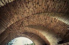 Ansicht der Bogen der alten historischen Steinbrücke Stockfoto