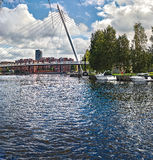 Ansicht der Brücke über dem Fluss Tammerkoski (Finnland, Tampere, Frühling 2015), mit Booten, Stockfoto