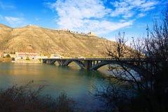 Ansicht der Brücke über Reservoir von Mequinenza Stockfotos