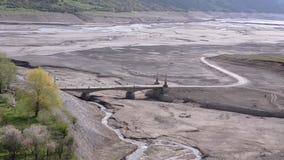 Ansicht der Brücke in dem Frühling ist nicht tiefer Fluss Bereich Ananuri-Festung, Georgia, Kaukasus stock video